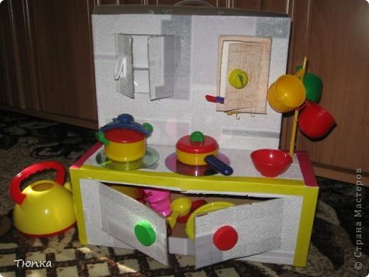 """Доброе время суток ,Вам! Моей дочке нет еще и двух лет, но кухонной утвари уже у нее многовато. Вот и придумала я куда все это аккуратненько """"запихнуть"""" , да что бы и с пользой для дела. Так как ребенок еще мал, то интерес ко всяким потайным местам велик. Малышу ведь очень интересно складывать что то по коробочкам."""