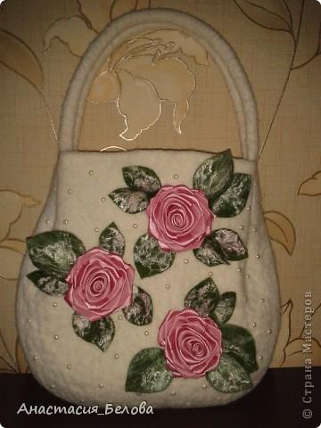 Привет девочки из СМ, хочу похвастаться)))))))Знакомтесь, это моя вторая сумочка, валяла для  сестренки)))))) розы из атласной ленты, все остальное - шерсть, НУ КАК ВАМ???