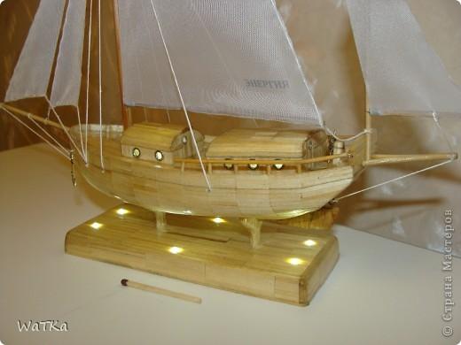 """Отыскал рабочие чертежи яхты  """"Спрэй """", киль сделал из фанеры, в подставку вмонтировал схемку от фонарика..."""