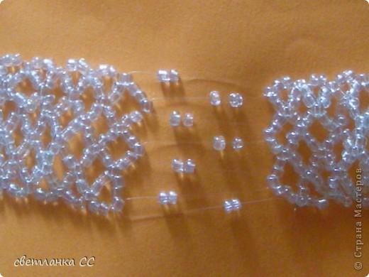 Таким браслет получется из бусин(3 мм) и серебристого бисера фото 6
