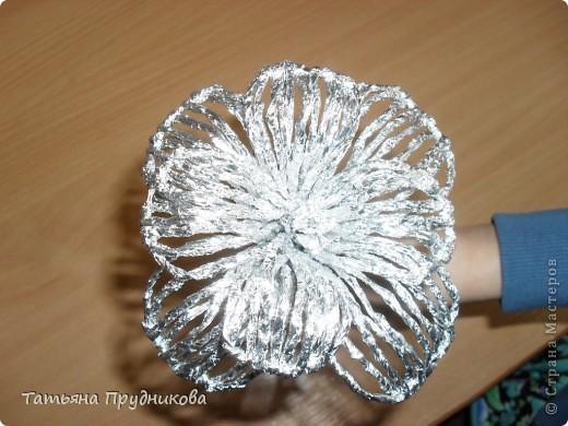 """Такие цветы я увидела в программе """"Контрольная закупка"""" в 2010г. Тогда мы с ребятами и попробовали сделать первый цветок. Те цветы, что на фотографии, готовили на ярмарку. Процесс очень увлекательный. А для меня ещё важно то, что в нём участвуют даже дети 5-6 лет, им вполне по силам готовить жгутики из фольги.  фото 20"""
