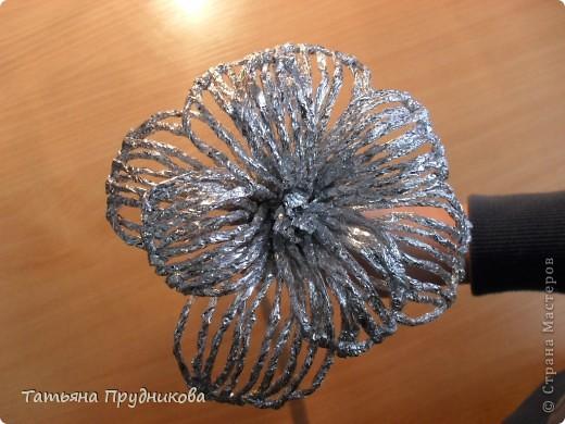 """Такие цветы я увидела в программе """"Контрольная закупка"""" в 2010г. Тогда мы с ребятами и попробовали сделать первый цветок. Те цветы, что на фотографии, готовили на ярмарку. Процесс очень увлекательный. А для меня ещё важно то, что в нём участвуют даже дети 5-6 лет, им вполне по силам готовить жгутики из фольги.  фото 21"""