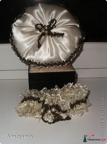 Добро пожаловать в мой первый блог! первый раз пишу блог и первый раз я делала подобные вещи!Итак, вашему вниманию: подготовка к свадьбе!Рабочие материалы: корзинки, кружева, тесьма, шишки, краска, обрезки от свадебного платья, ленточки, еще какие-то золотые веточки для декора,свечи, резинка... фото 5