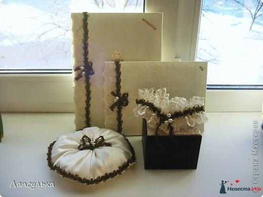 Добро пожаловать в мой первый блог! первый раз пишу блог и первый раз я делала подобные вещи!Итак, вашему вниманию: подготовка к свадьбе!Рабочие материалы: корзинки, кружева, тесьма, шишки, краска, обрезки от свадебного платья, ленточки, еще какие-то золотые веточки для декора,свечи, резинка... фото 6