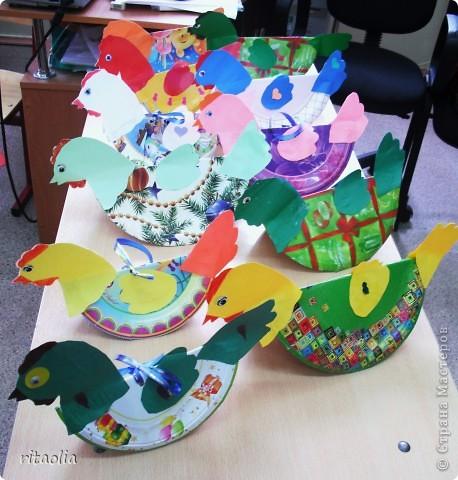 """Вот такую курочку можно сделать из одноразовых тарелок. Идею увидела в книге Н.В. Дубровской """"Чудесные тарелочки""""  (петушка выложу позже) Для маленьких детишек можно делать курочку из половинки тарелочки. фото 12"""