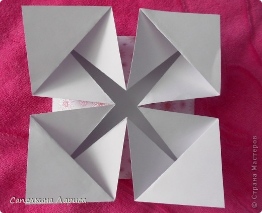 """Не знаю как называется эта форма, в нете видела несколько таких открыток, но МК по изготовлению так и не нашла, попробовала сама и вот результат: открытка крестнице на годик. Использовала скрап бумагу, компостер """"французский завиток""""от МС, принцесса-вырезка из открытки фирмы Hallmark. Для ленты основа сделана компостером """"пузырьки"""" от МС, лента из органзы с золотыми бортиками и атласная ленточка с надписью """"Маленькая принцесса"""", полубусины, стразы. фото 9"""