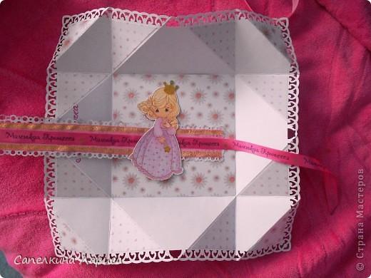 """Не знаю как называется эта форма, в нете видела несколько таких открыток, но МК по изготовлению так и не нашла, попробовала сама и вот результат: открытка крестнице на годик. Использовала скрап бумагу, компостер """"французский завиток""""от МС, принцесса-вырезка из открытки фирмы Hallmark. Для ленты основа сделана компостером """"пузырьки"""" от МС, лента из органзы с золотыми бортиками и атласная ленточка с надписью """"Маленькая принцесса"""", полубусины, стразы. фото 16"""