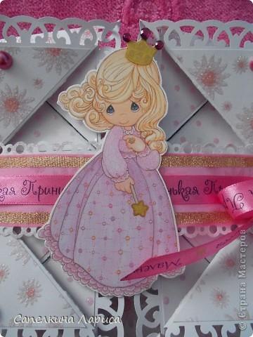 """Не знаю как называется эта форма, в нете видела несколько таких открыток, но МК по изготовлению так и не нашла, попробовала сама и вот результат: открытка крестнице на годик. Использовала скрап бумагу, компостер """"французский завиток""""от МС, принцесса-вырезка из открытки фирмы Hallmark. Для ленты основа сделана компостером """"пузырьки"""" от МС, лента из органзы с золотыми бортиками и атласная ленточка с надписью """"Маленькая принцесса"""", полубусины, стразы. фото 17"""
