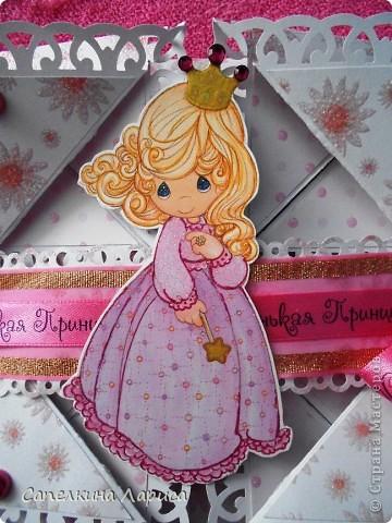 """Не знаю как называется эта форма, в нете видела несколько таких открыток, но МК по изготовлению так и не нашла, попробовала сама и вот результат: открытка крестнице на годик. Использовала скрап бумагу, компостер """"французский завиток""""от МС, принцесса-вырезка из открытки фирмы Hallmark. Для ленты основа сделана компостером """"пузырьки"""" от МС, лента из органзы с золотыми бортиками и атласная ленточка с надписью """"Маленькая принцесса"""", полубусины, стразы. фото 18"""