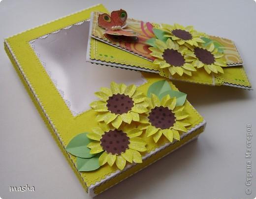 1.Комплект коробочка и открытка. Коробочка с прозрачным окошком. Фон салфетка наклеена на картон. МК https://stranamasterov.ru/node/41463 Объемная бабочка также из салфетки. фото 3