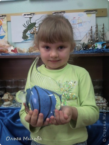 """Мини-музей природы.  Один из наших проектов — «Мини-музеи в детском саду». Почему мы создали мини-музеи? Москва — город музеев. Однако часто ли наши дети бывают в них? Мы провели анкетирование и выяснили, что большая часть воспитанников детского сада ни разу не была в музее. Причины самые разные. Во-первых, мы находимся в типичном «спальном» районе, удаленном от центра, где размещено большинство музеев. Во-вторых, многие родители считают, что дошкольникам еще рано посещать такие учреждения: «Малы и ничего не поймут, чего зря время тратить». И, в-третьих, многим папам и мамам просто не приходит в голову идея такой экскурсии.  Как же привлечь внимание родителей к музеям? Прямая агитация здесь вряд ли поможет. Поэтому для начала мы решили создать собственный «музейный комплекс», включающий мини-музеи в групповых помещениях, мини-музей природы и картинную галерею.  Наша группа представляет мини-музей """"По морям, по волнам"""" (Черное море).  ЗАДАЧИ: Познакомить детей с морем и его обитателями; Способствовать воспитанию у детей основ музейной культуры; Способствовать сотрудничеству педагогов, детей и родителей; Развивать поисково- исследовательскую деятельность детей; Расширять и систематизировать знания детей о море, как экологической системе и олимпийской зоне 2014 года; Развивать связную речь детей, активизировать и обогащать словарь детей; Совершенствовать стиль партнерских отношений, стимулировать самостоятельность; Использовать в работе мини- музея ИКТ; Приобщение детей к музеям, творческое развитие личности. Наш мини-музей """"По морям, по волнам"""". На презентацию мини-музея я сделала корабль из конфет.   фото 21"""