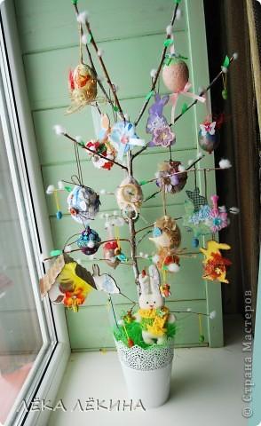 Ну вот наконец то я могу показать доделанное пасхальное дерево. Кроме яичек, сделала еще пасхальных зайчиков, скворечник. Деревце само - ветка вишни, задекорированная под вербу. фото 1
