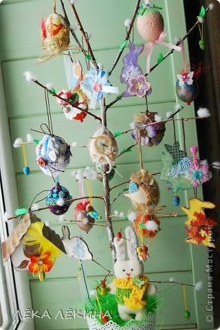 Ну вот наконец то я могу показать доделанное пасхальное дерево. Кроме яичек, сделала еще пасхальных зайчиков, скворечник. Деревце само - ветка вишни, задекорированная под вербу. фото 2
