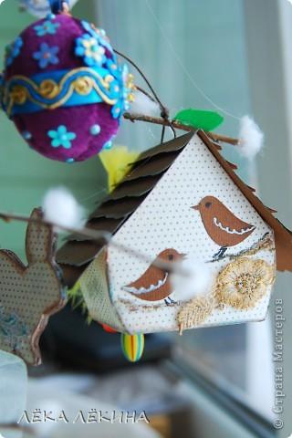 Ну вот наконец то я могу показать доделанное пасхальное дерево. Кроме яичек, сделала еще пасхальных зайчиков, скворечник. Деревце само - ветка вишни, задекорированная под вербу. фото 4