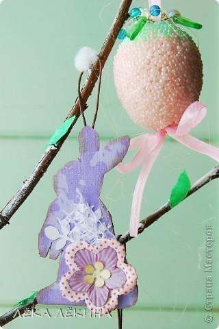 Ну вот наконец то я могу показать доделанное пасхальное дерево. Кроме яичек, сделала еще пасхальных зайчиков, скворечник. Деревце само - ветка вишни, задекорированная под вербу. фото 9