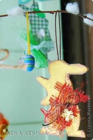 Ну вот наконец то я могу показать доделанное пасхальное дерево. Кроме яичек, сделала еще пасхальных зайчиков, скворечник. Деревце само - ветка вишни, задекорированная под вербу. фото 6