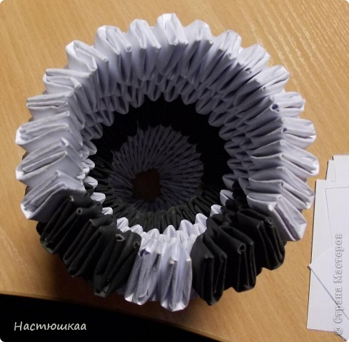 Спешу показать мою панду... Сам мк нашла тут http://iz-bumagi.com/video-shemy/modulnoe-origami-panda-video-shema В видео, в основе панды 24 модуля, а у меня 26. Поэтому я буду показывать как делала я :) фото 11