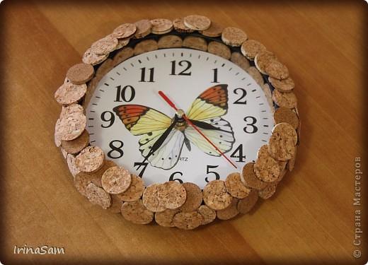 Всем привет! Вот такие часики у меня появились на кухне. Обклеивала пробковыми кружочками. Бабочка - наклейка.  У меня, правда, подобные часики были https://stranamasterov.ru/node/86443 , но при смене квартиры, произошла и смена кухонных часов.
