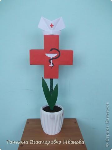 В этом году исполняется 145 лет со дня образования Российского Красного креста. В нашем городе ежегодно проходят среди школьников соревнования по санпостам. меня попросили сделать какую-нибудь поделку и у меня расцвёл такой необычный цветок. фото 6