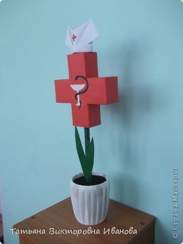 В этом году исполняется 145 лет со дня образования Российского Красного креста. В нашем городе ежегодно проходят среди школьников соревнования по санпостам. меня попросили сделать какую-нибудь поделку и у меня расцвёл такой необычный цветок. фото 2