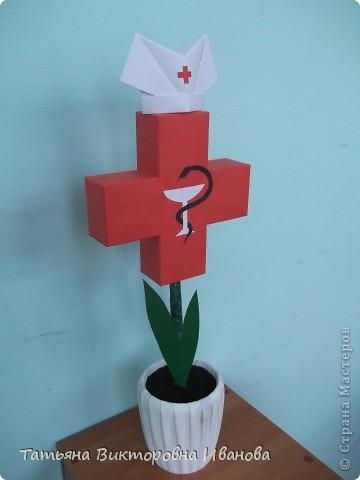 В этом году исполняется 145 лет со дня образования Российского Красного креста. В нашем городе ежегодно проходят среди школьников соревнования по санпостам. меня попросили сделать какую-нибудь поделку и у меня расцвёл такой необычный цветок.