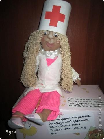 Вот такую я сделала поделку в детский садик, на тему Всемирный день здоровья! Не судите строго. Я это сделала за один вечер, т.к. в саду позно об этом попросили. Благо кукла у меня была уже готова. фото 4