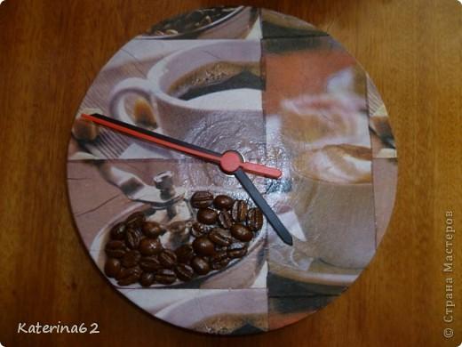 Пластинка загрунтована белой акриловой краской, потом приклеена салфетка, кофейные зерна, все покрыто лаком и прикреплен часовой механизм.