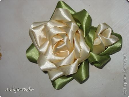 Доброго времени суток, дорогие Мастерицы! Представляю Вашему вниманию очередной плод хорошего настроения: Розы из атласных лент. фото 2