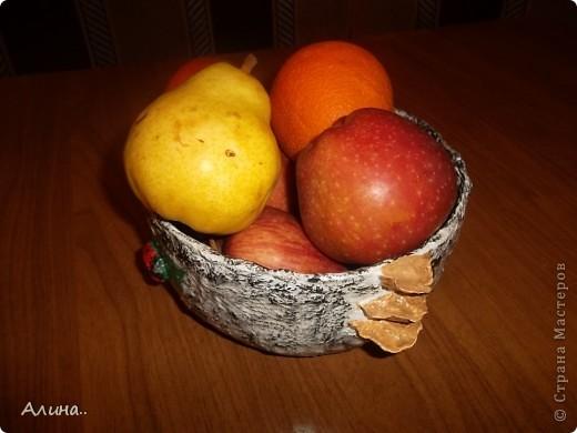 Добрый день, мастера и мастерицы! Увидела в журнале вазу для цветов из папье-маше, сделанную под березовый ствол...И подумала почему бы не сделать такую же под фрукты...Что получилось смотрите сами... фото 3