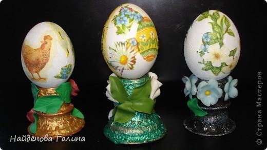 Пасха уже не за горами. Решила сделать сувениры для друзей и близких,декорировать яйца.Купила салфетки,сделала гипсовые яйца.Задекорировала.Но вот незадача.....А во что же их поставить?Об этом я и не подумала.Пришла в голову мысль....конечно не ко мне одной ,наверняка,....не одна же я такая умная!Шучу!Решила сделать своими руками из того что было!Результат особенно приятен! фото 3