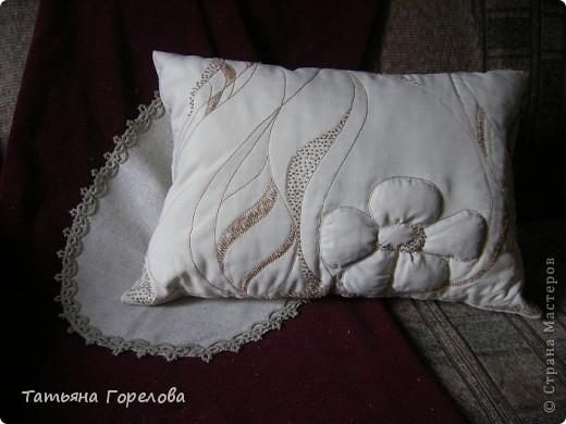 Подушка диванная на халофайбере. Лен, ручная вышивка толстыми шелковыми нитками. Цветок объемный за счет набивки. фото 1
