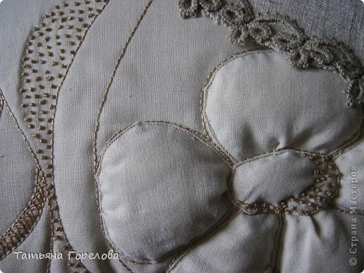 Подушка диванная на халофайбере. Лен, ручная вышивка толстыми шелковыми нитками. Цветок объемный за счет набивки. фото 2