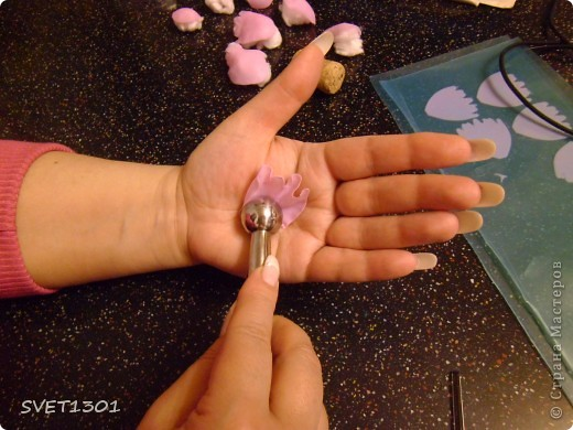 Слепила махровые пионы и по ходу работы сфотографировала процесс лепки цветка .  фото 8