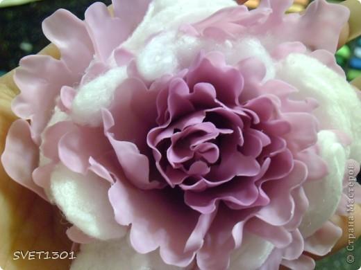 Слепила махровые пионы и по ходу работы сфотографировала процесс лепки цветка .  фото 11