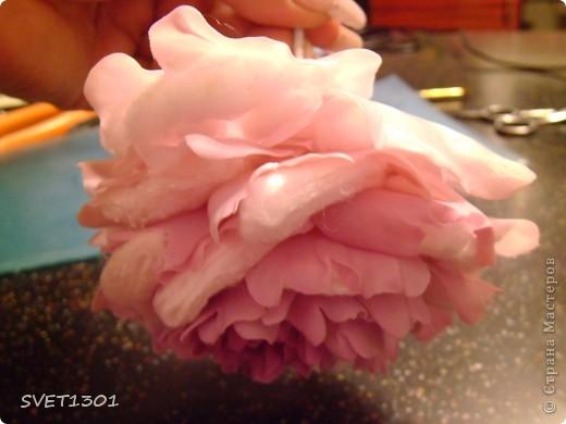 Слепила махровые пионы и по ходу работы сфотографировала процесс лепки цветка .  фото 12