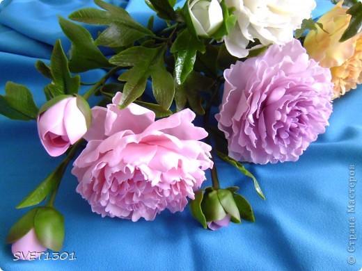 Слепила махровые пионы и по ходу работы сфотографировала процесс лепки цветка .  фото 15