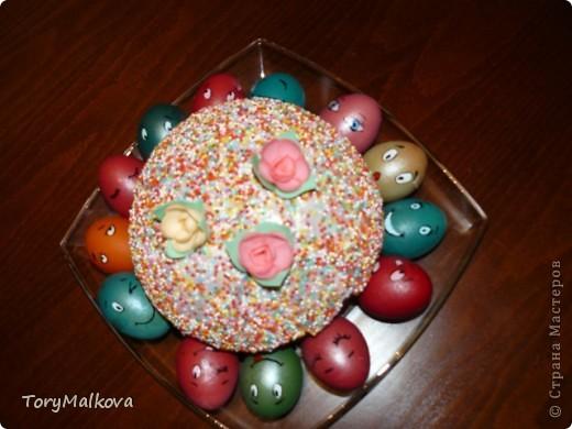 Подглядела в Одноклассниках подобную идейку украшения пасхальных яиц. У первоисточника были смайлики только с одной рожицей и одного коричневого цвета. Я решила пойти дальше - в Яндекс-картинках нашла смайлики и с них разрисовала каждое яичко. Вся семья и друзья были в восторге! фото 1
