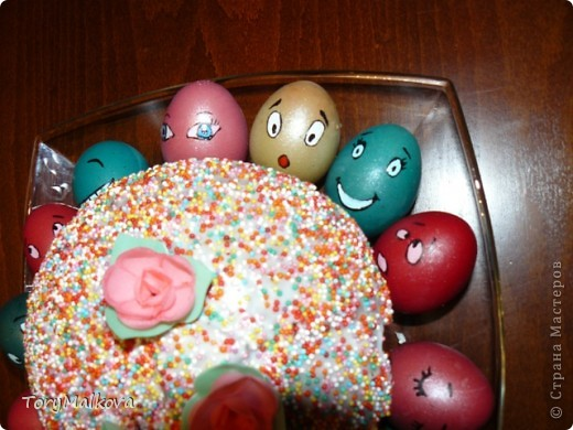 Подглядела в Одноклассниках подобную идейку украшения пасхальных яиц. У первоисточника были смайлики только с одной рожицей и одного коричневого цвета. Я решила пойти дальше - в Яндекс-картинках нашла смайлики и с них разрисовала каждое яичко. Вся семья и друзья были в восторге! фото 4