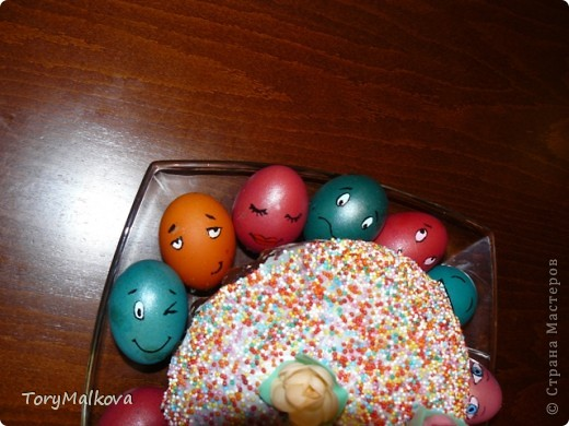 Подглядела в Одноклассниках подобную идейку украшения пасхальных яиц. У первоисточника были смайлики только с одной рожицей и одного коричневого цвета. Я решила пойти дальше - в Яндекс-картинках нашла смайлики и с них разрисовала каждое яичко. Вся семья и друзья были в восторге! фото 2