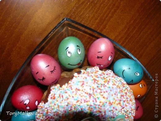 Подглядела в Одноклассниках подобную идейку украшения пасхальных яиц. У первоисточника были смайлики только с одной рожицей и одного коричневого цвета. Я решила пойти дальше - в Яндекс-картинках нашла смайлики и с них разрисовала каждое яичко. Вся семья и друзья были в восторге! фото 5
