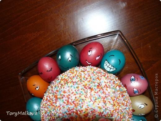 Подглядела в Одноклассниках подобную идейку украшения пасхальных яиц. У первоисточника были смайлики только с одной рожицей и одного коричневого цвета. Я решила пойти дальше - в Яндекс-картинках нашла смайлики и с них разрисовала каждое яичко. Вся семья и друзья были в восторге! фото 3