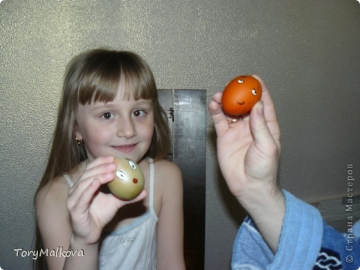 Подглядела в Одноклассниках подобную идейку украшения пасхальных яиц. У первоисточника были смайлики только с одной рожицей и одного коричневого цвета. Я решила пойти дальше - в Яндекс-картинках нашла смайлики и с них разрисовала каждое яичко. Вся семья и друзья были в восторге! фото 6
