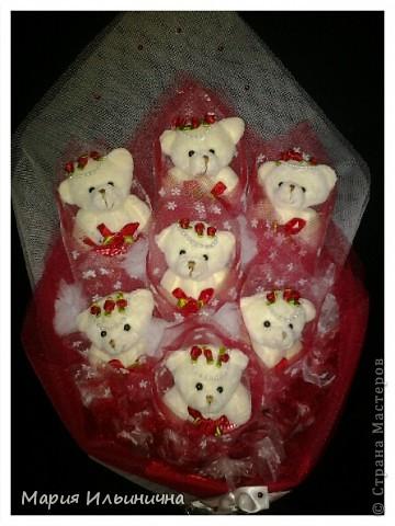 Букет из 7 белых мишек в бело - красном оформлении! фото 1
