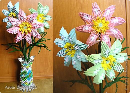 Из модулей 1/32 А4 (5,25х3,7 см) цветочки получаются большие, диаметром по 11 см. Для каждого цветочка нужно 120 модулей. Для вазочки – 474 модуля. МК треугольного модуля: https://stranamasterov.ru/technic/origami_module?tid=451 фото 1