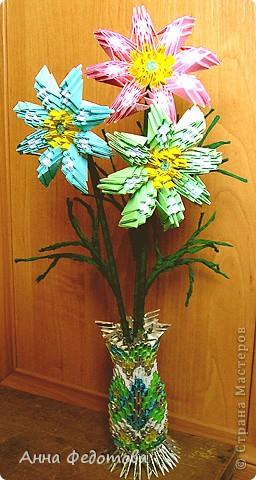 Из модулей 1/32 А4 (5,25х3,7 см) цветочки получаются большие, диаметром по 11 см. Для каждого цветочка нужно 120 модулей. Для вазочки – 474 модуля. МК треугольного модуля: https://stranamasterov.ru/technic/origami_module?tid=451 фото 14