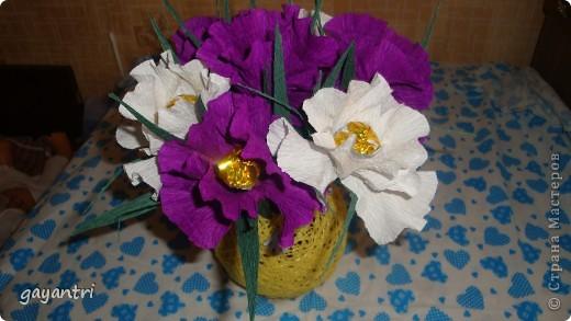 Ирис сделан по мастер классу marishka. Только немного меньше размером. В них конфет Золотая лилия, в шаре еще конфетки Эклер. фото 3