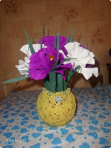 Ирис сделан по мастер классу marishka. Только немного меньше размером. В них конфет Золотая лилия, в шаре еще конфетки Эклер. фото 1