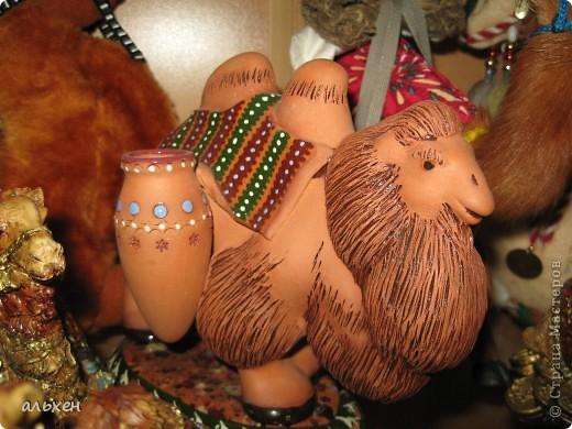 Доброго времени суток, дорогие мои жители СМ!!!!!! Обещала девочкам показать свою коллекцию верблюдов..... и.... подумала - может быть, ещё кому нибудь  захочется посмотреть на моих красавцев..... Милости прошу!!!! Много писать не буду, т.к. не уверена, что загружу.... пятый день пытаюсь..... на последнем этапе всё зависает..... и..... кирдык..... Но я же упёртая..... как баран..... не успокоюсь, пока не загружу..... Это моя пятая попытка...... надеюсь заключительная.....  фото 20