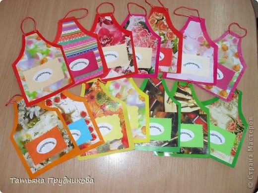 Людочка Егармина, спасибо Вам большое за Ваши фартучки в горошек! Глядя на них, мне захотелось сделать со своими ребятками что-нибудь похожее для их родителей ко Дню семьи. Распечатать одинаковый фон у нас нет возможности (всё-таки сделали 35 штук!), поэтому использовали то, что есть - цветной картон и упаковочную бумагу (спасибо продавщице в подарочном магазине, отдала нам много разных остатков). Сложность возникла в сочетании цветов. Поздравление своим семьям дети напишут на обороте, а что положить в кармашек, мы ещё не решили. Пусть не всё у нас получилось гладко, но вы бы видели, как ребята старались, как у нас работа кипела!  фото 1