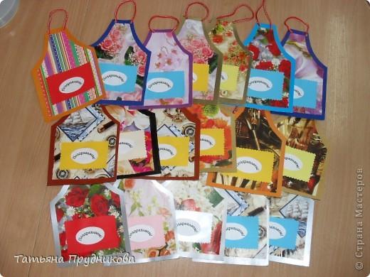 Людочка Егармина, спасибо Вам большое за Ваши фартучки в горошек! Глядя на них, мне захотелось сделать со своими ребятками что-нибудь похожее для их родителей ко Дню семьи. Распечатать одинаковый фон у нас нет возможности (всё-таки сделали 35 штук!), поэтому использовали то, что есть - цветной картон и упаковочную бумагу (спасибо продавщице в подарочном магазине, отдала нам много разных остатков). Сложность возникла в сочетании цветов. Поздравление своим семьям дети напишут на обороте, а что положить в кармашек, мы ещё не решили. Пусть не всё у нас получилось гладко, но вы бы видели, как ребята старались, как у нас работа кипела!  фото 2